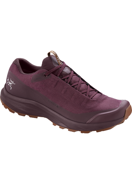 Fast and light GORE-TEX footwear for day hiking technical trails.