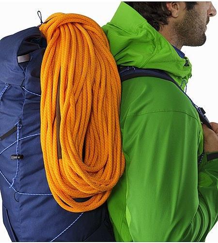 Cierzo 28 Backpack Inkwell Shoulder Strap