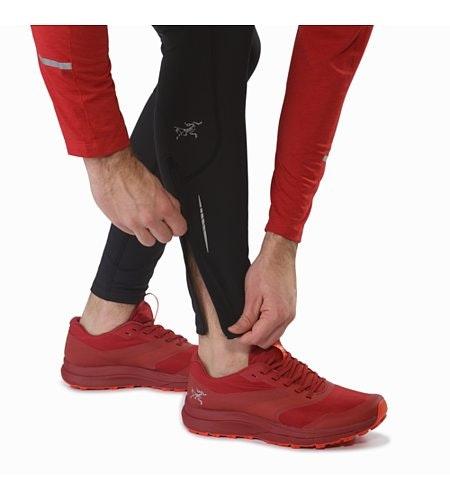 Stride Tight in Black: Reißverschluss am Unterschenkel